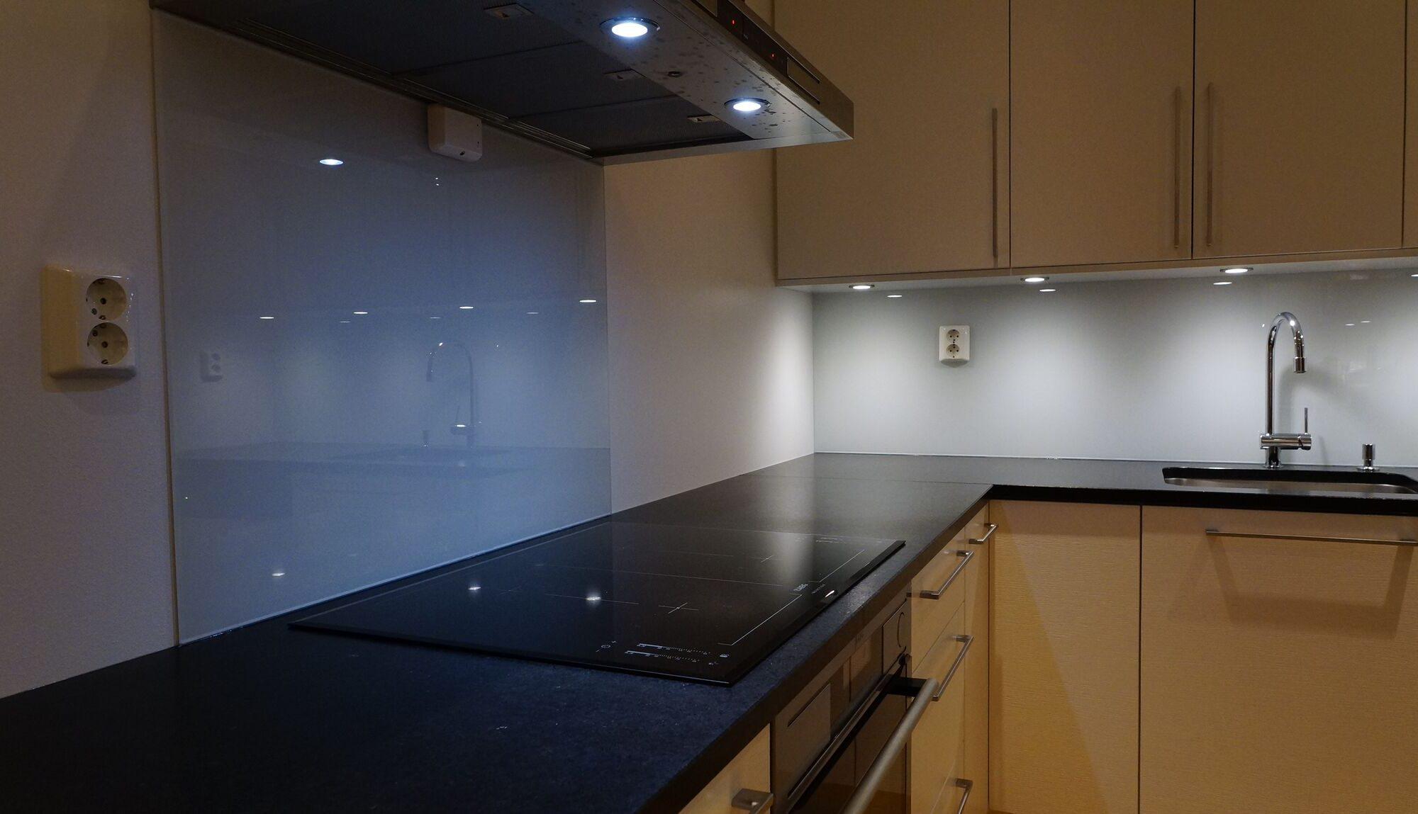 glass kjøkkenbenk glassplate kjøkken herdet glass kjøkken glassplate kjøkkenbenk-Groruddalen Glass - Baderomsglass - Energiglass - Glass over kjøkkenbenk - Glassmester Oslo - Speil
