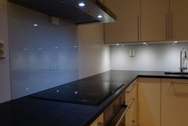 glass over kjøkkenbenk glassplate kjøkken hardet glass kjøkken glassplate over kjøkkenbenk glass kjøkken-Groruddalen Glass - Baderomsglass - Energiglass - Glass over kjøkkenbenk - Glassmester Oslo - Speil